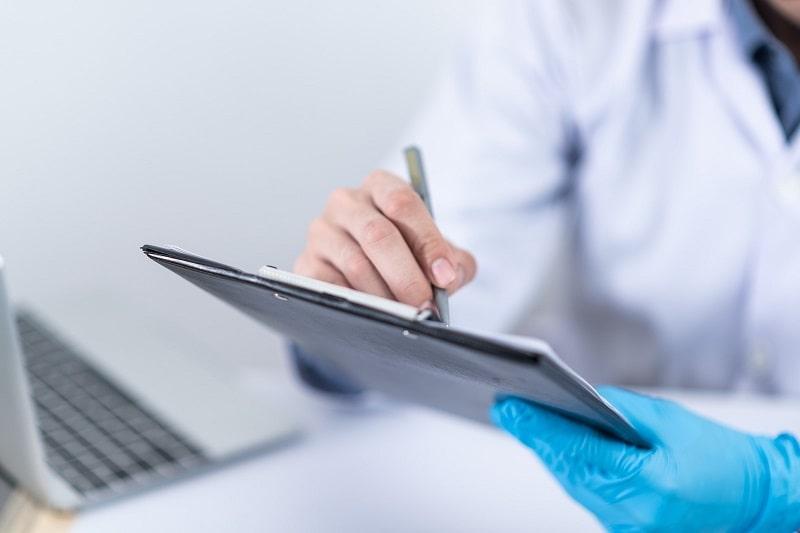 Як часто можна складати та перескладати іспити для здобуття права на роботу лікарем у Польщі?